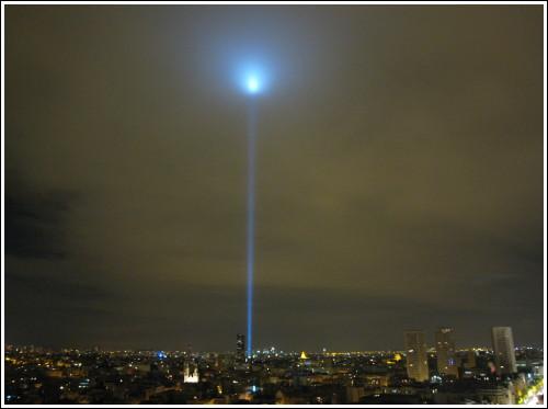 Les lasers de discothèques Nuit-blanche-phare-montparnasse-2
